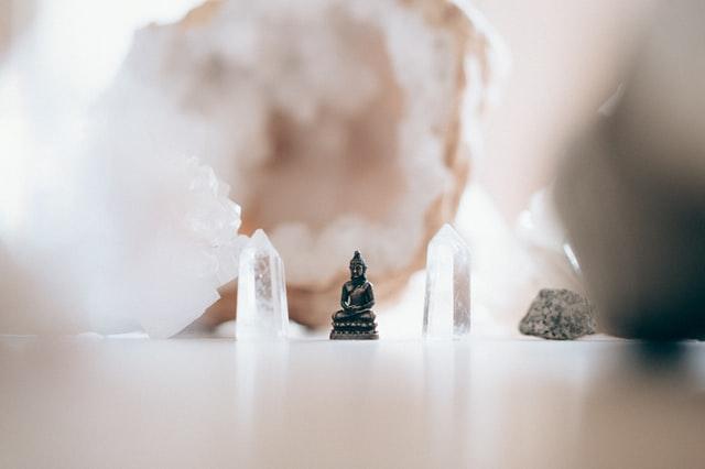 mediterende boeddha met edelstenen